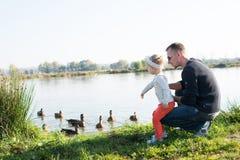 Vater und Tochter nahe Teich Lizenzfreie Stockfotografie