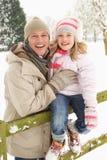Vater-und Tochter-stehende Außenseite im Snowy-Land Stockbilder