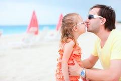 Vater und Tochter am Strand Lizenzfreie Stockfotos