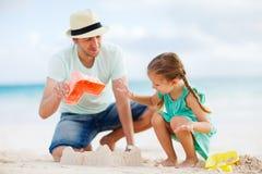 Vater und Tochter am Strand Stockfotos