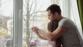 Vater und Tochter zeichnen zusammen stock video