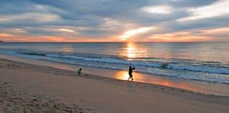 Vater- und Tochterfischen bei Sonnenaufgang auf Strand in San Jose Del Cabo in Baja California Mexiko Lizenzfreies Stockbild