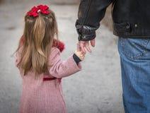 Vater- und Tochterholdinghände Stockbilder