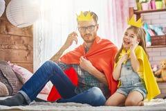 Vater- und Tochterspiel stockbilder