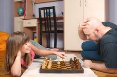 Vater- und Tochterspielschach Stockbilder