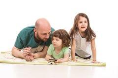 Vater und zwei Kinder lizenzfreie stockfotos