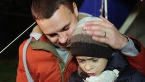 Vater unterrichtet seinen Sohn, an der Tablette zu arbeiten stock video footage