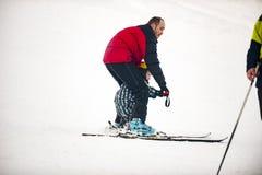 Vater unterrichtet seinen Sohn Ski zu fahren stockbild