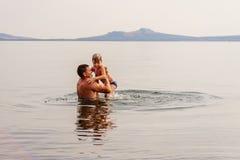 Vater unterrichtet Sohn zu schwimmen lizenzfreie stockfotografie