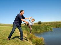 Vater-werfendes Kind Lizenzfreie Stockfotografie