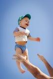Vater wirft oben Babysohn Lizenzfreies Stockfoto