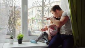 Vater zeigt einer Tochter etwas stock video footage