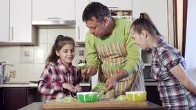 Vater zeigt Ihnen, wie man Zucchini zerreibt stock video