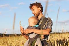 Vater zeigt seinem Sohn das Ohr der Gerste stockfotos