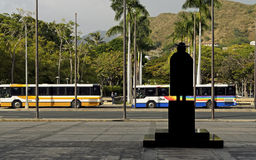 Vaterdamien-Schattenbild und Bustransport Lizenzfreie Stockbilder