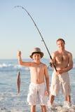 Vaterfischen mit seinem Sohn Stockfotografie