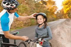 Vaterhilfe seine Sohnfahrt ein Fahrrad lizenzfreies stockbild