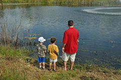 Vatersohn, der 3 fischt Stockfotos