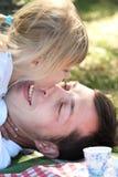 Vaterspiel mit seiner Tochter auf Picknick Lizenzfreies Stockbild