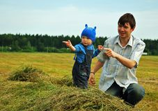 Vaterspiel mit Sohn auf Feld Stockbilder