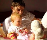 Vaterspiel mit wenig daught Lizenzfreie Stockbilder