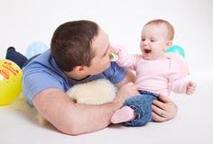 Vaterspiele mit der acht-Monatstochter Lizenzfreies Stockfoto