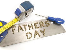 Vatertag geschrieben in Nägel auf eine Säge Lizenzfreie Stockfotografie