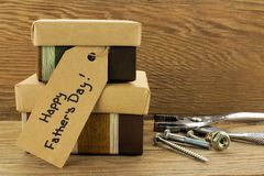 Vatertagsgeschenke auf Holz Lizenzfreie Stockfotos
