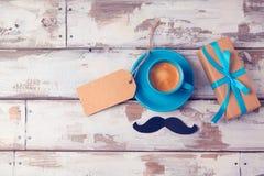 Vatertagshintergrund mit Kaffeetasse und Geschenkbox auf Holztisch Ansicht von oben Stockfotografie