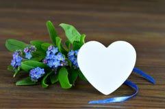 Vatertagskarte mit Herzen und Blumen Stockbilder