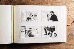 Vatertagskonzept Abbildung für Auslegung auf weißem Hintergrund Hölzerner Hintergrund Stockbild