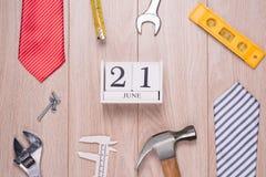 Vatertagstag mit Werkzeugen und Bindungsgrenze auf Holz stockfoto
