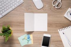Vatertagszusammensetzung Draufsicht des Bürotischs mit Tastatur, Anmerkung, Stift und Kaffee mit der leeren Karte offen auf hölze Stockfoto