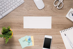 Vatertagszusammensetzung Draufsicht des Bürotischs mit Tastatur, Anmerkung, Stift und Kaffee mit der leeren Karte offen auf hölze Lizenzfreies Stockfoto