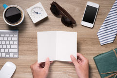 Vatertagszusammensetzung Draufsicht des Bürotischs mit Tastatur, Anmerkung, Stift und Kaffee mit der leeren Karte offen auf hölze Lizenzfreie Stockbilder