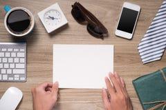 Vatertagszusammensetzung Draufsicht des Bürotischs mit Tastatur, Anmerkung, Stift und Kaffee mit der leeren Karte offen auf hölze Stockfotos