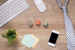 Vatertagszusammensetzung Draufsicht des Bürotischs mit Tastatur, Anmerkung, Stift und Kaffee mit Kopienraum auf hölzernem Schreib Stockbild