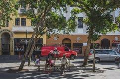 Vatertochter, die auf Bank in altem San Juan sich entspannt stockfotografie