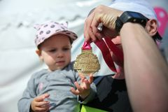 Vatervertretungstochter seine Medaille nach internationalem Marathon 32. Frühlings-halbem Budapests Telekoms Vivicitta in Budapes lizenzfreie stockfotos