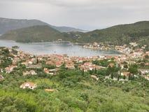 Vathy by på det Ionian havet Arkivbilder
