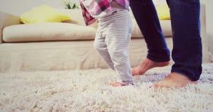 Vati, der Baby unterstützt, um zu gehen stock footage