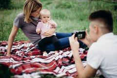 Vati, der Fotos seiner Familie macht Stockbilder
