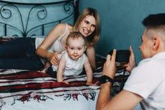 Vati, der Fotos seiner Familie macht Stockfotografie