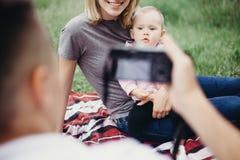 Vati, der Fotos seiner Familie macht Stockfotos