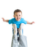 Vati, der Kind auf seinem Fuß spielt und hält lizenzfreie stockbilder