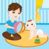 Vati, der mit Schätzchen spielt Stockfotografie