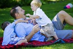 Vati, der mit seinen Kindern spielt Stockbilder