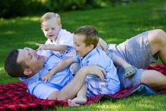 Vati, der mit seinen Kindern spielt Lizenzfreie Stockfotos