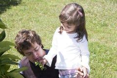 Vati, der mit seiner Tochter im Freien spielt Lizenzfreie Stockfotos