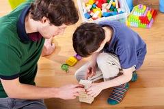 Vati, der mit Sohn spielt lizenzfreies stockfoto